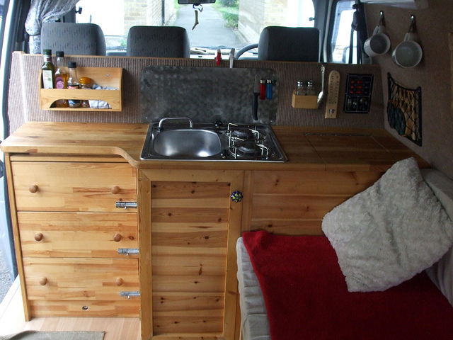cucina camper parallela ai sedili